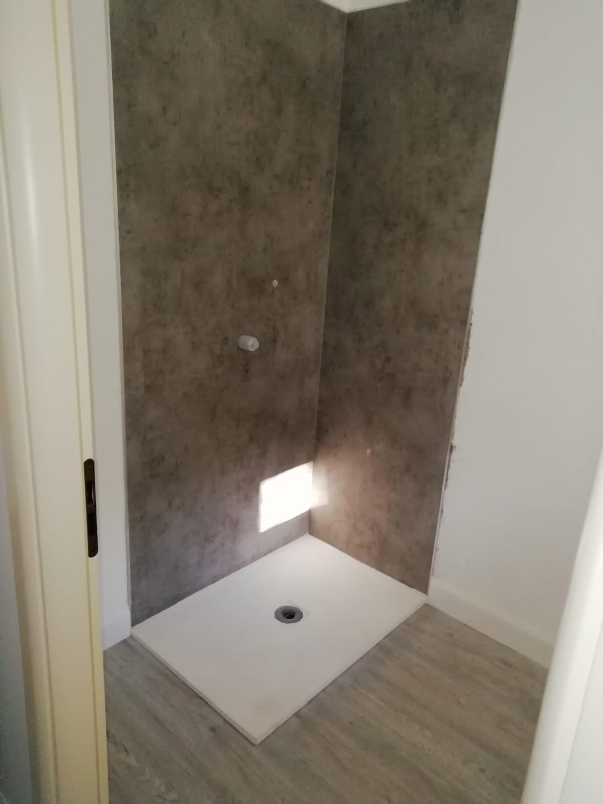Pareti box doccia e pavimento in lvt